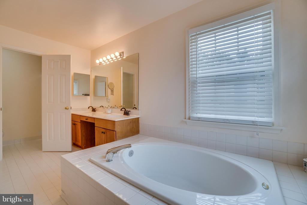 Owners ensuite soaking tub and dual vanities - 5502 VILLAGE CENTER DR, CENTREVILLE
