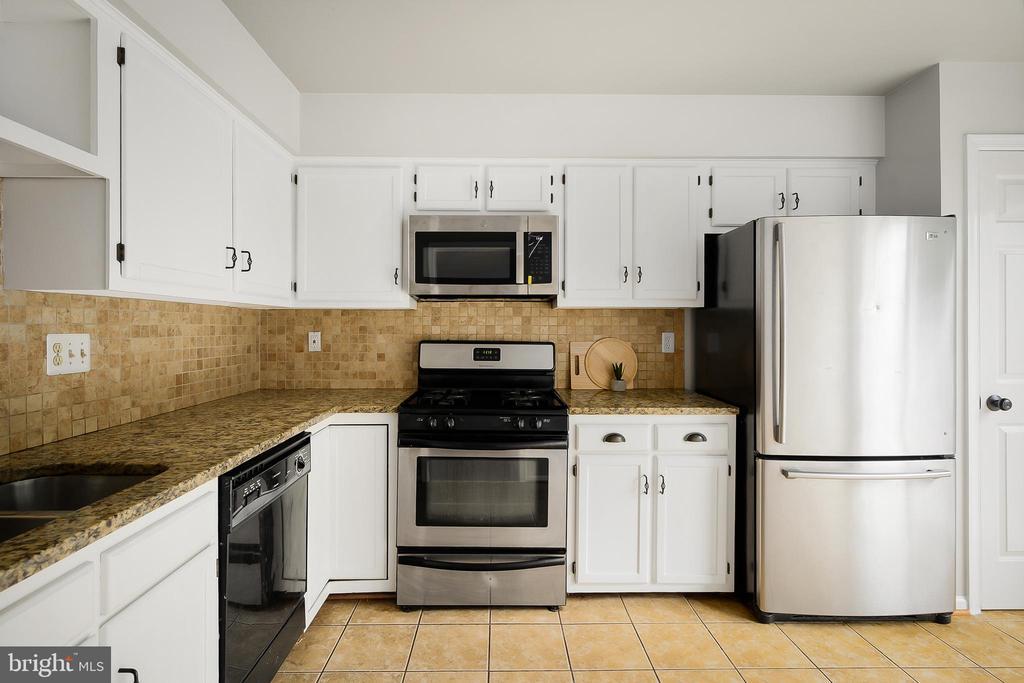 Brand new microwave - 43473 PLANTATION TER, ASHBURN