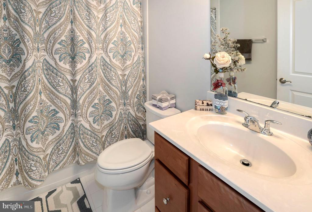 Secondary full bathroom - 10698 VIEWMONT LN, MANASSAS