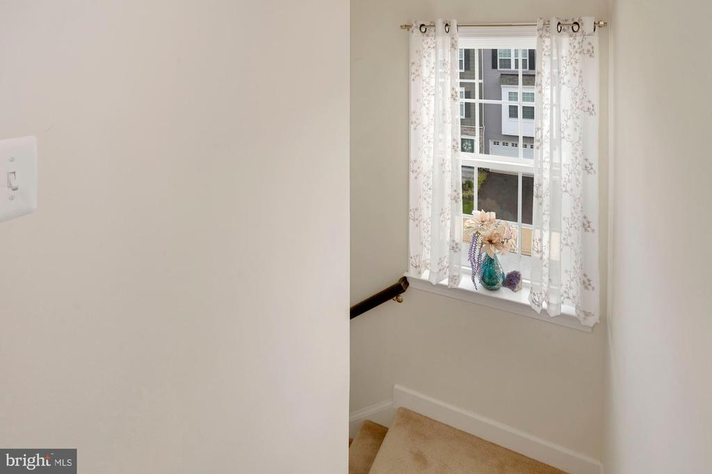 Stairwell with a large window to the upper level. - 10698 VIEWMONT LN, MANASSAS