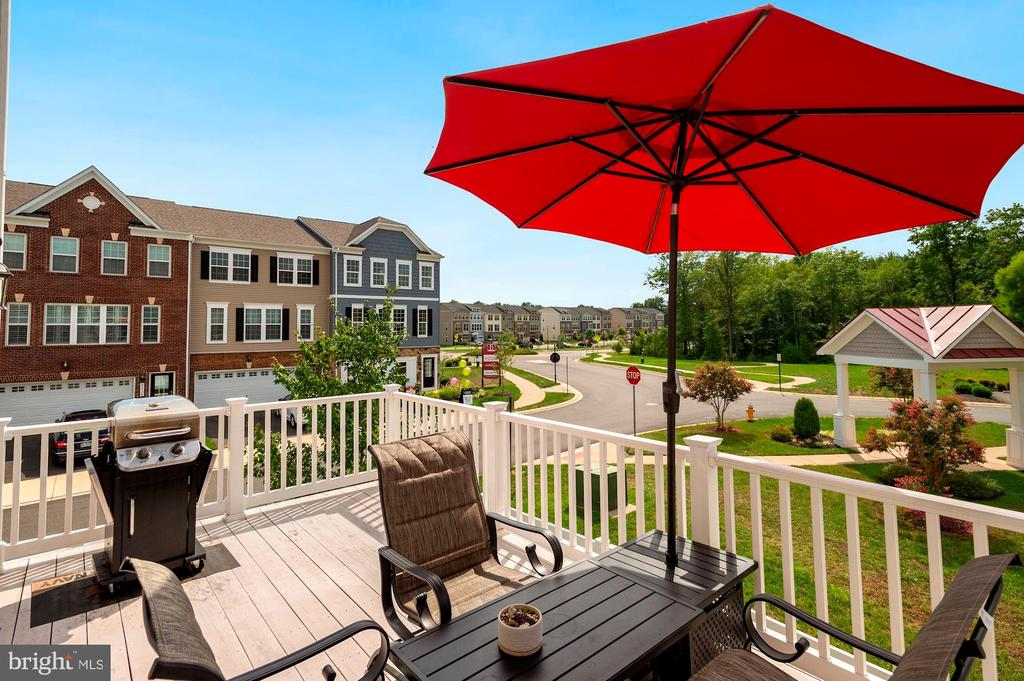 a large deck with unobstructed views to enjoy! - 10698 VIEWMONT LN, MANASSAS