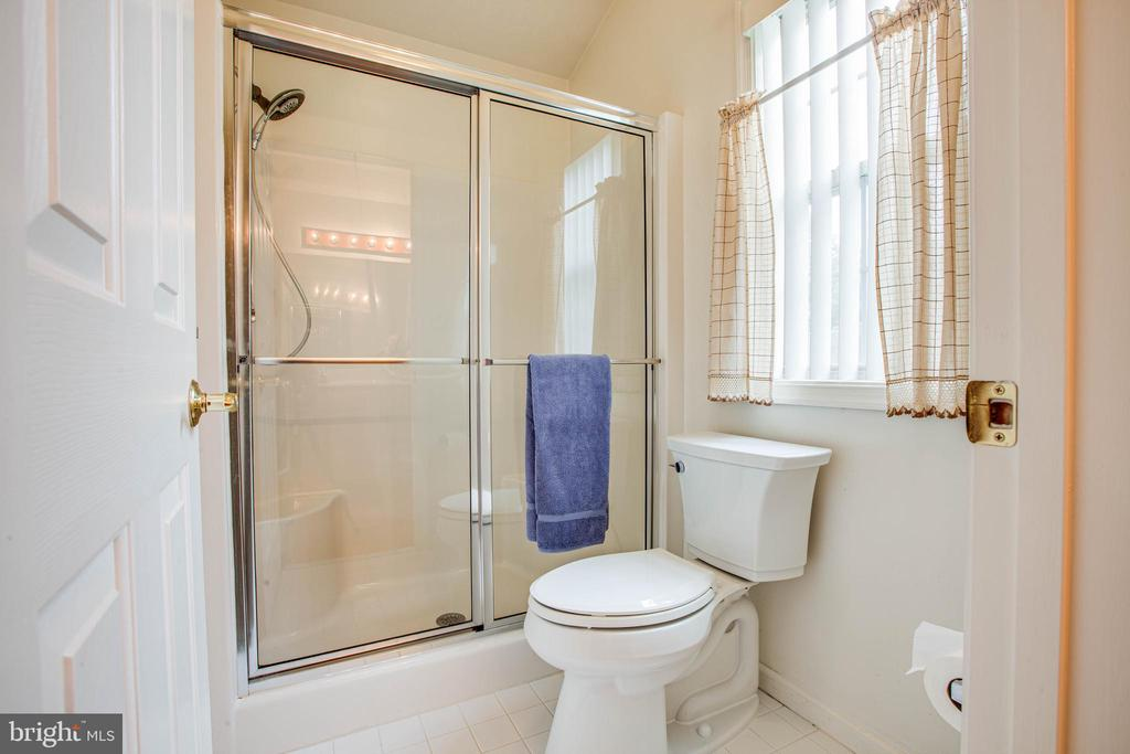 Master bath tub and toilet area - 11717 COLLINWOOD CT, FREDERICKSBURG