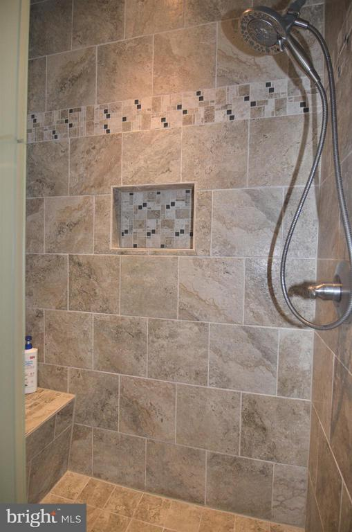 Close up of shower. - 43592 PURPLE ASTER TER, LEESBURG