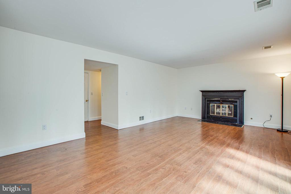 Large Family room with fireplace - 47 SETTLERS WAY, STAFFORD