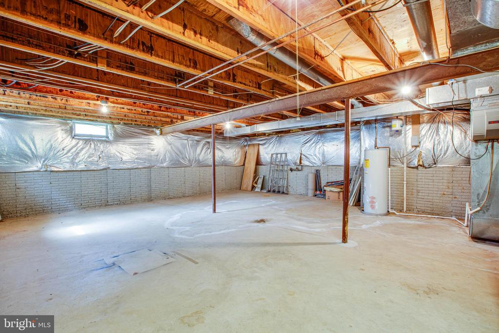 Basement with plently of options to grow. - 47 SETTLERS WAY, STAFFORD