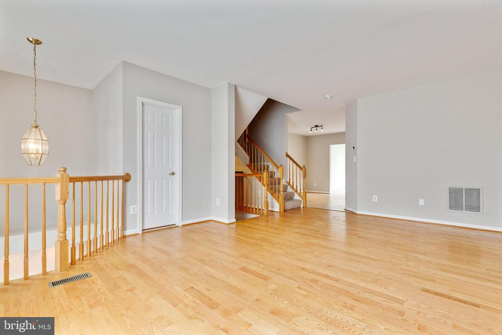 Hardwoods in Family Room - 25232 DUNVEGAN SQ, CHANTILLY