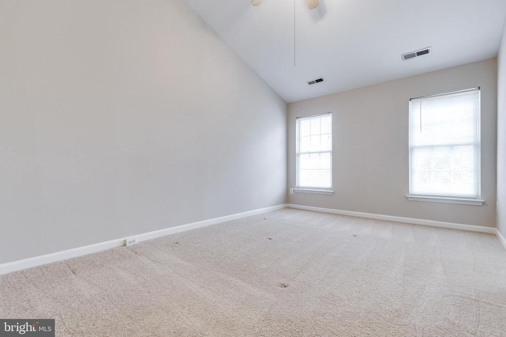 Vaulted Ceilings In Master - 25232 DUNVEGAN SQ, CHANTILLY