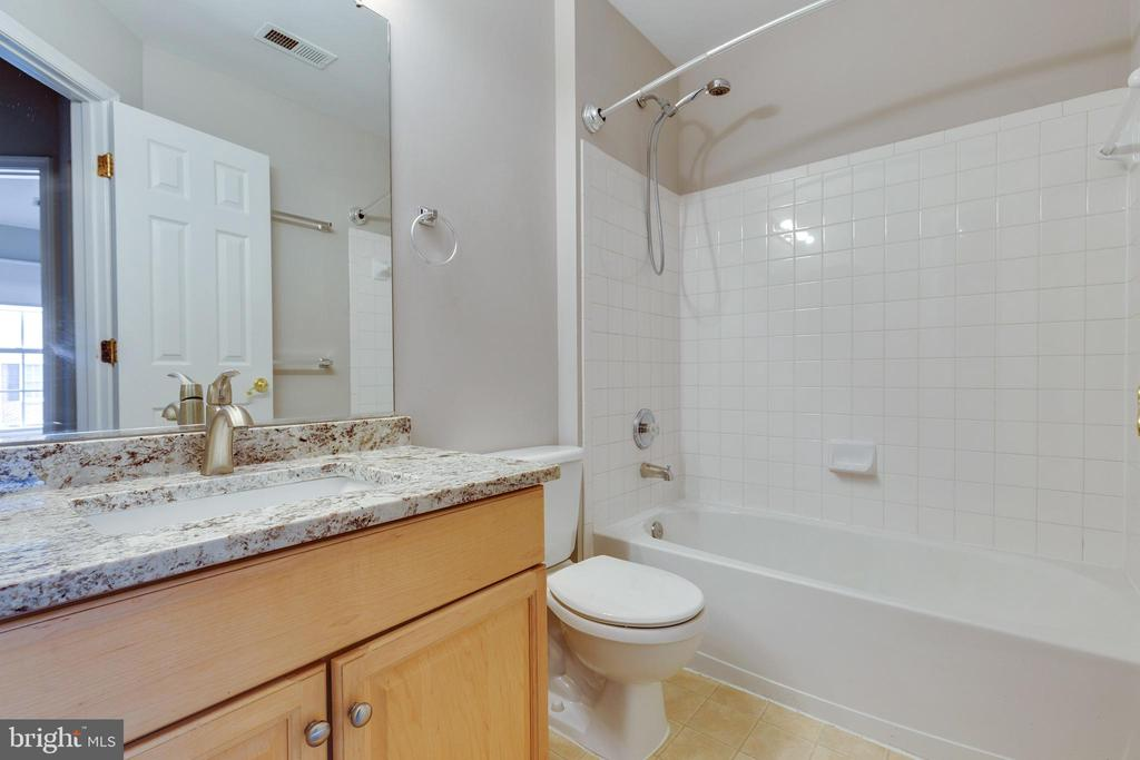 Updated Hall Bathroom - 25232 DUNVEGAN SQ, CHANTILLY