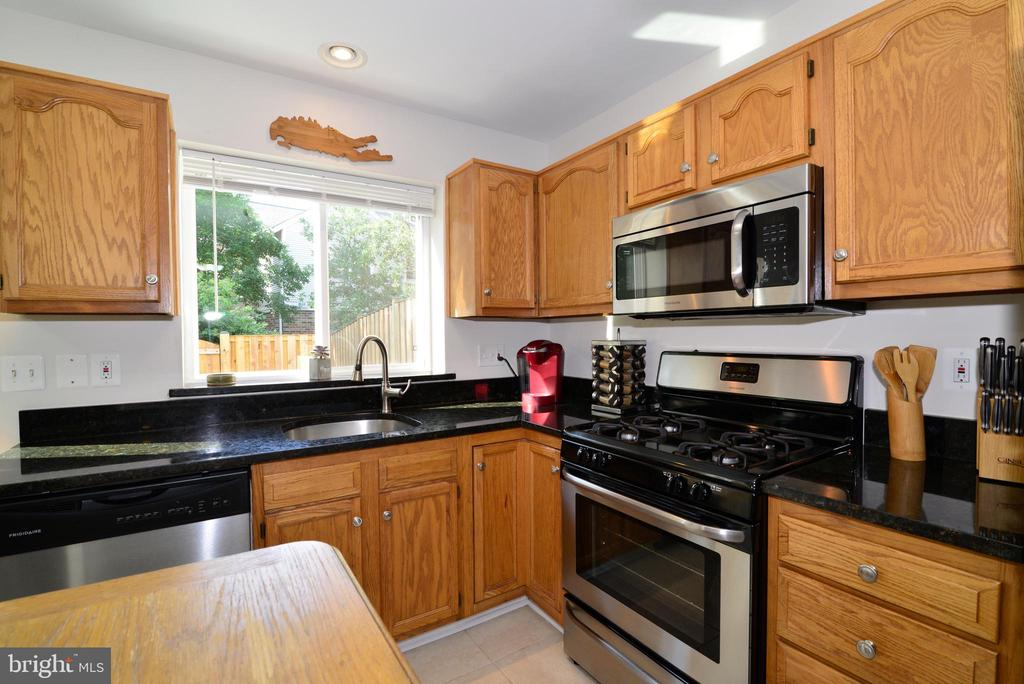 Stainless appl, gas cooking, NEW kitchen window! - 45067 FELLOWSHIP SQ, ASHBURN