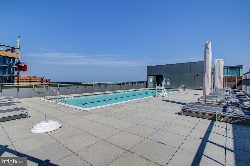 Rooftop pool - 2001 15TH ST N #1213, ARLINGTON
