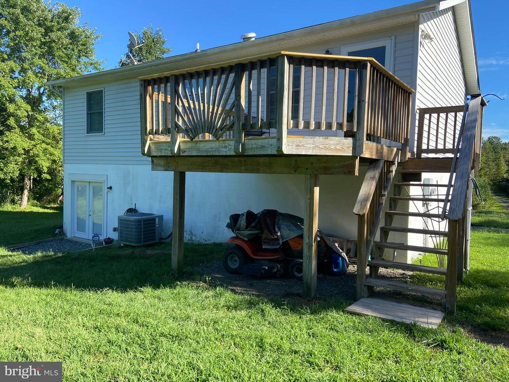 Deck with stairs to rear yard - 5334 DICKERSON RD, PARTLOW