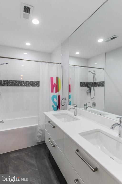 Luxurious upgrade upper level full bath - 21211 EDGEWOOD CT, STERLING