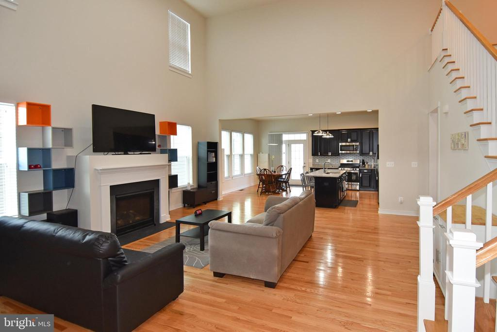 Light and bright large Family Room - 2522 SWEET CLOVER CT, DUMFRIES