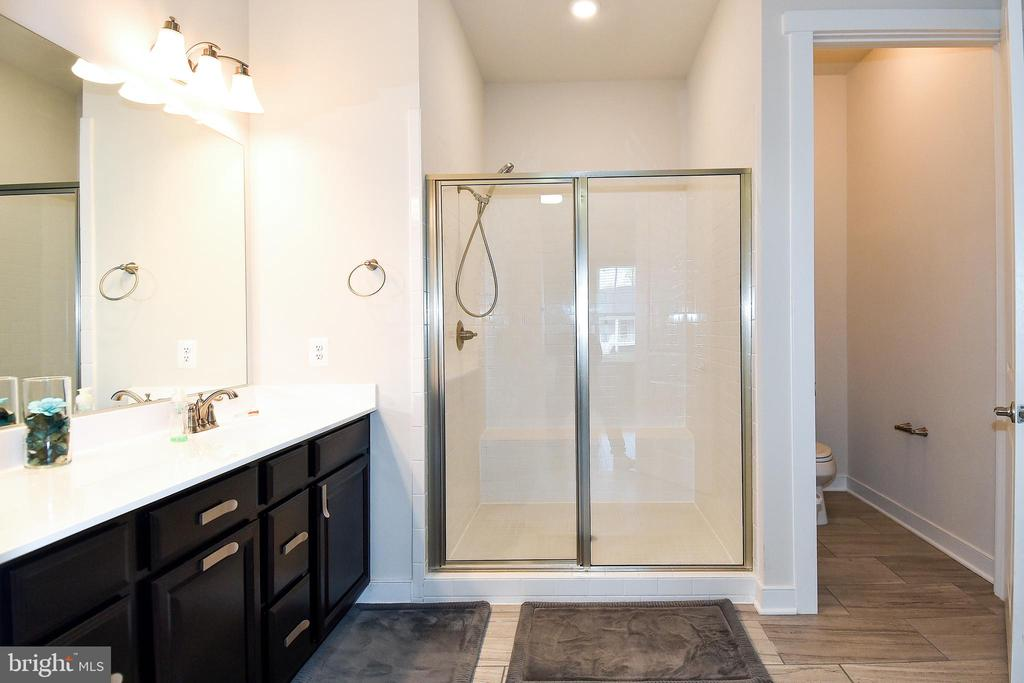 Large walk-in Shower in Master Bath #3 - 2522 SWEET CLOVER CT, DUMFRIES