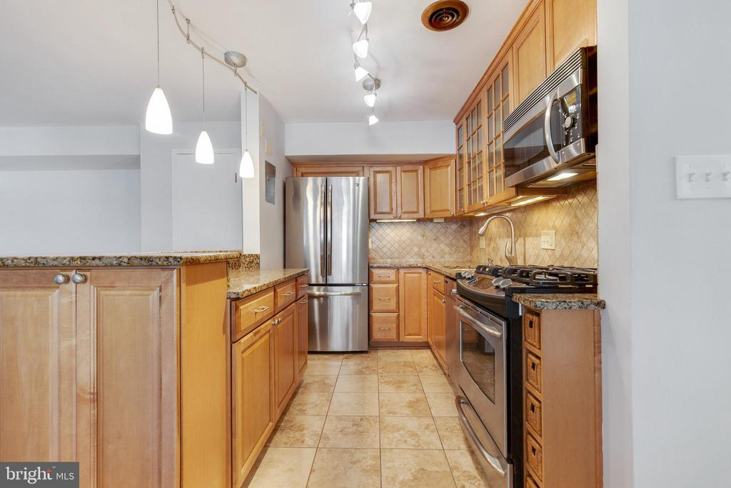 Ceramic Tile in Kitchen - 2016 N ADAMS ST #206, ARLINGTON