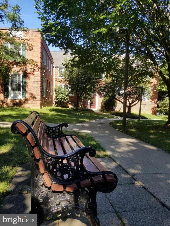A beautiful bench in the courtyard... - 1801 KEY BLVD #10-506, ARLINGTON