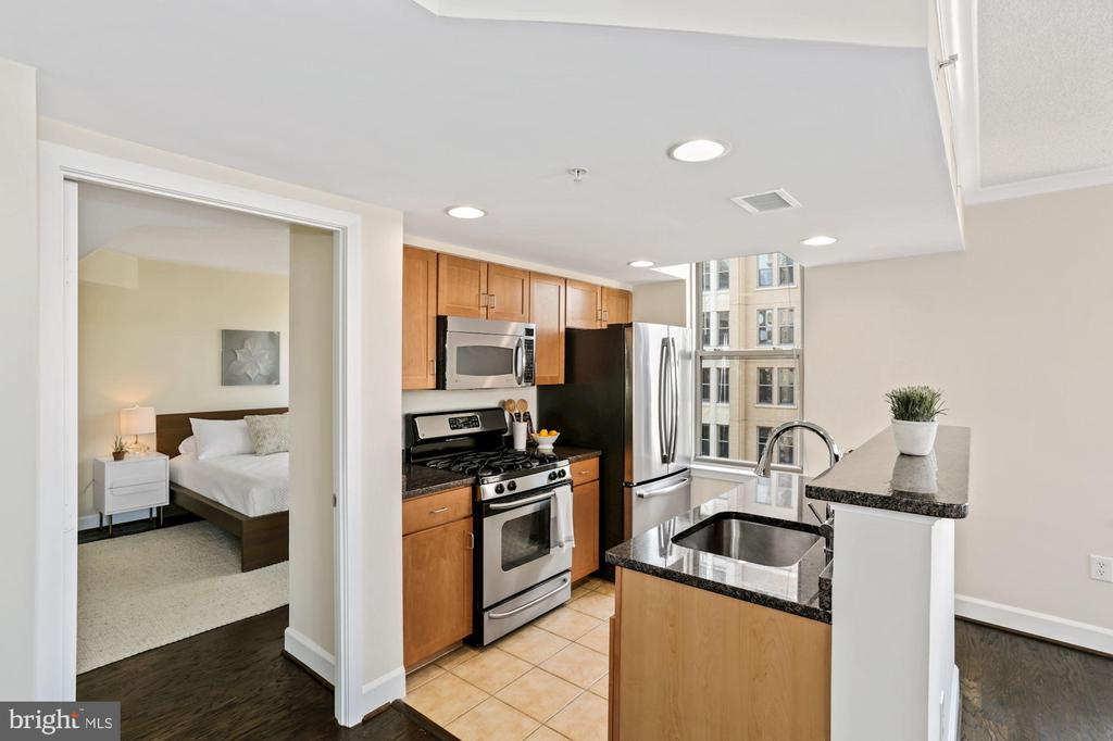 Two tiered island overlooking dining space. - 1205 N GARFIELD ST #608, ARLINGTON