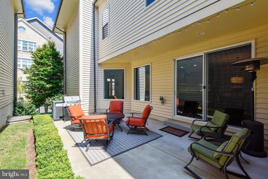 PRIVATE CUSTOM PATIO LOCATED OFF OF BREAKFAST RM - 44533 NEPONSET ST, ASHBURN