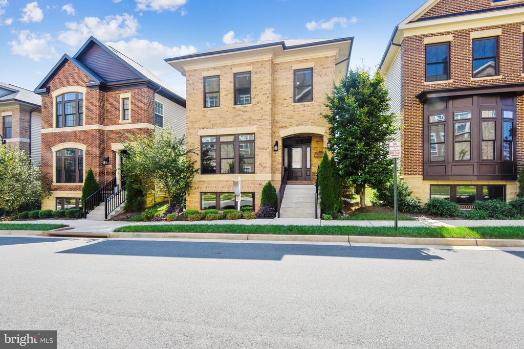 STUNNING CHICAGO BROWNSTONE-STYLE SFH-ONE LOUDOUN - 44533 NEPONSET ST, ASHBURN