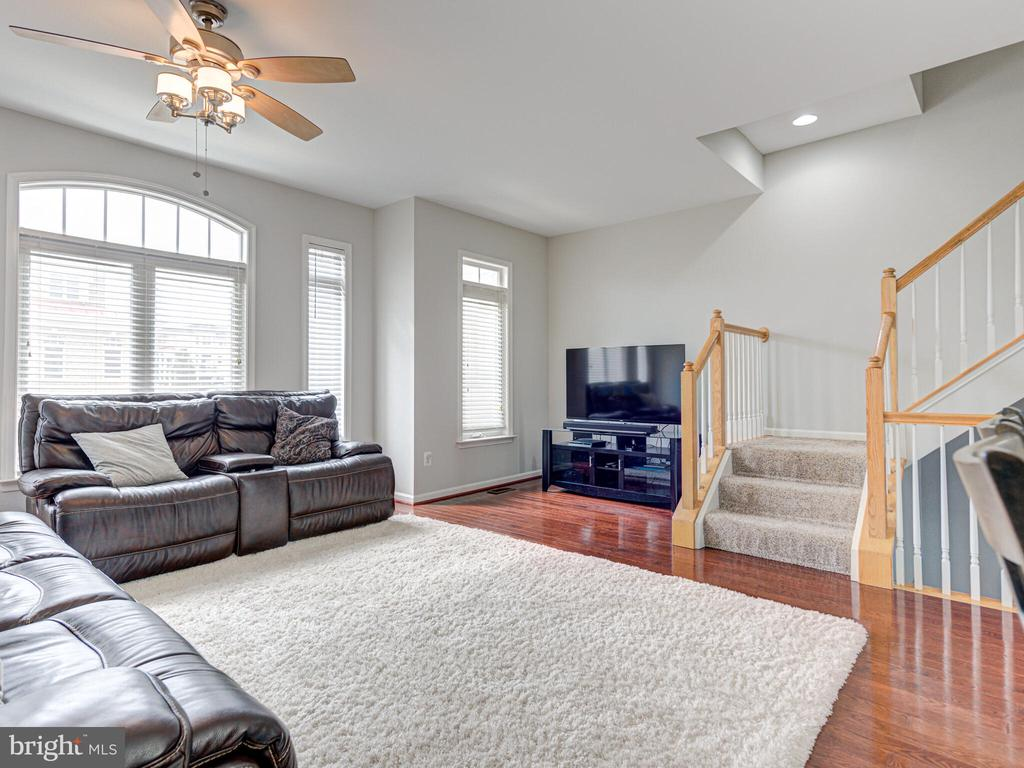 Spacious living room on main level - 43592 PURPLE ASTER TER, LEESBURG