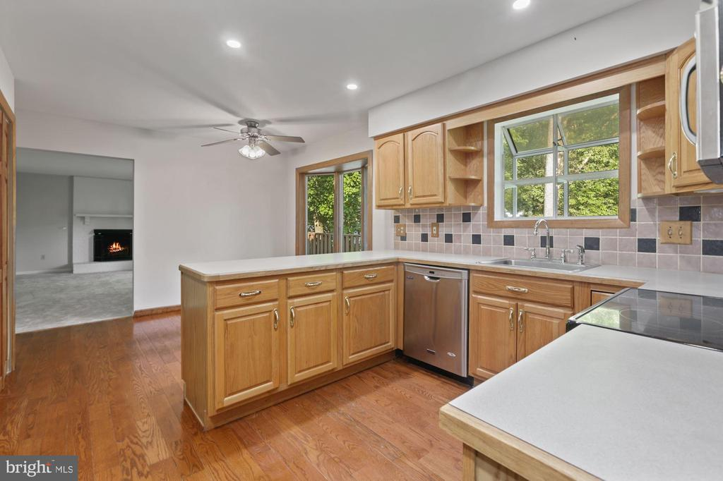 Kitchen connects to Family Room - 6244 COVERED BRIDGE RD, BURKE