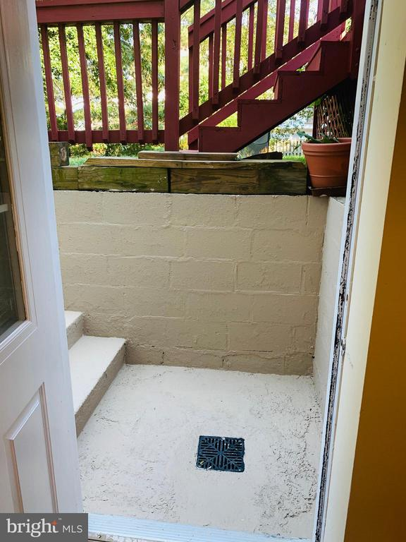 Basement Private Entrance - 21084 POTOMAC VIEW RD, STERLING