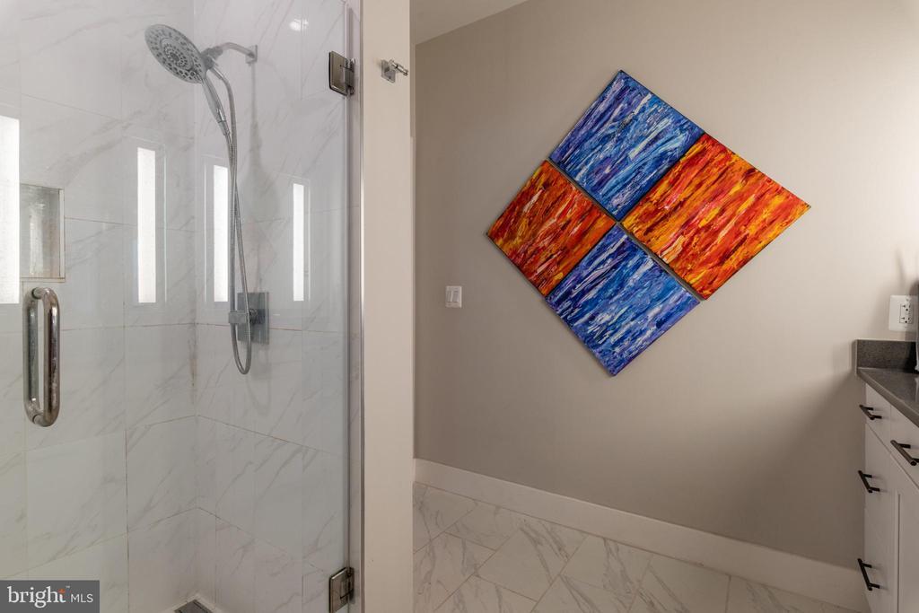 Large Full Bath - 1411 KEY BLVD #207, ARLINGTON