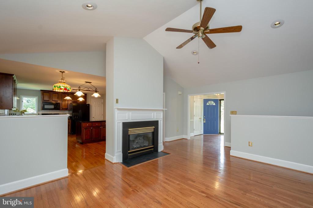 Floor to Ceiling Gas FP in Living Room - 12984 PINTAIL RD, WOODBRIDGE