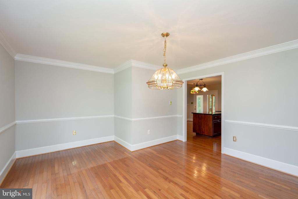 DR comes complete with Crown Molding & Chair Rail - 12984 PINTAIL RD, WOODBRIDGE