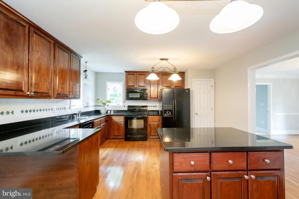 Elegant & upgraded Granite and Cherry Hardwoods - 12984 PINTAIL RD, WOODBRIDGE