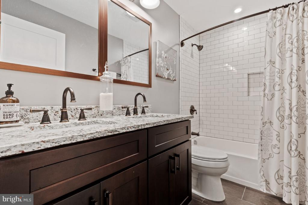 Full Bathroom on the Bedroom Level - 132 W VIRGINIA AVE, HAMILTON