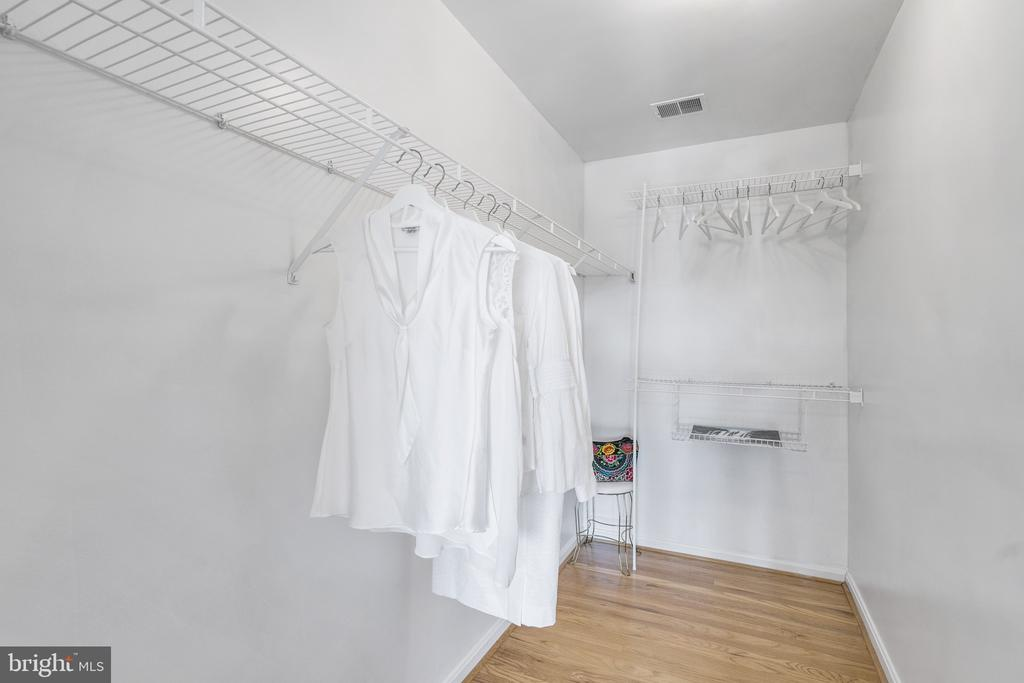 Dual walk in closet will fill all your clothes - 20887 CHIPPOAKS FOREST CIR, STERLING