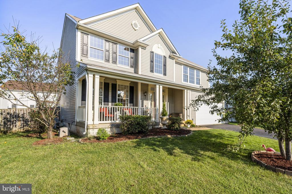 The front porch is nice and charming, welcome home - 20887 CHIPPOAKS FOREST CIR, STERLING