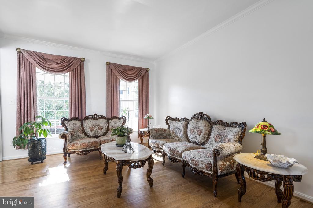 Living room with freshly refinished hardwood floor - 20887 CHIPPOAKS FOREST CIR, STERLING