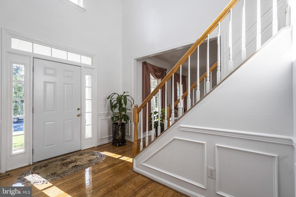 Two story Front foyer is so elegant, bright - 20887 CHIPPOAKS FOREST CIR, STERLING