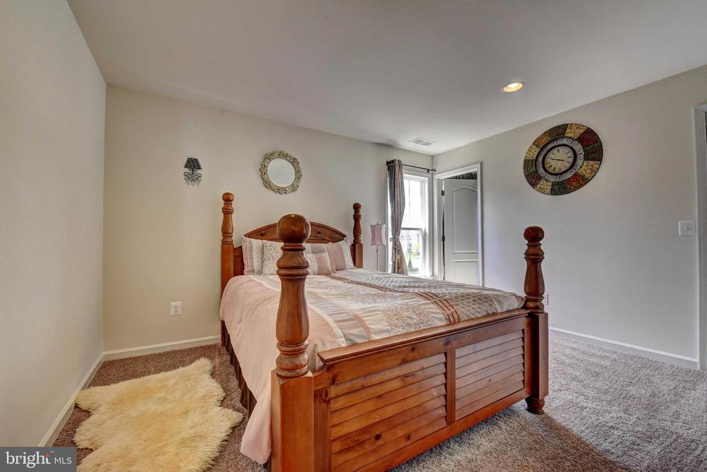 Upper Level 2nd Bed  Room with Attach bath - 42340 ABNEY WOOD DR, CHANTILLY