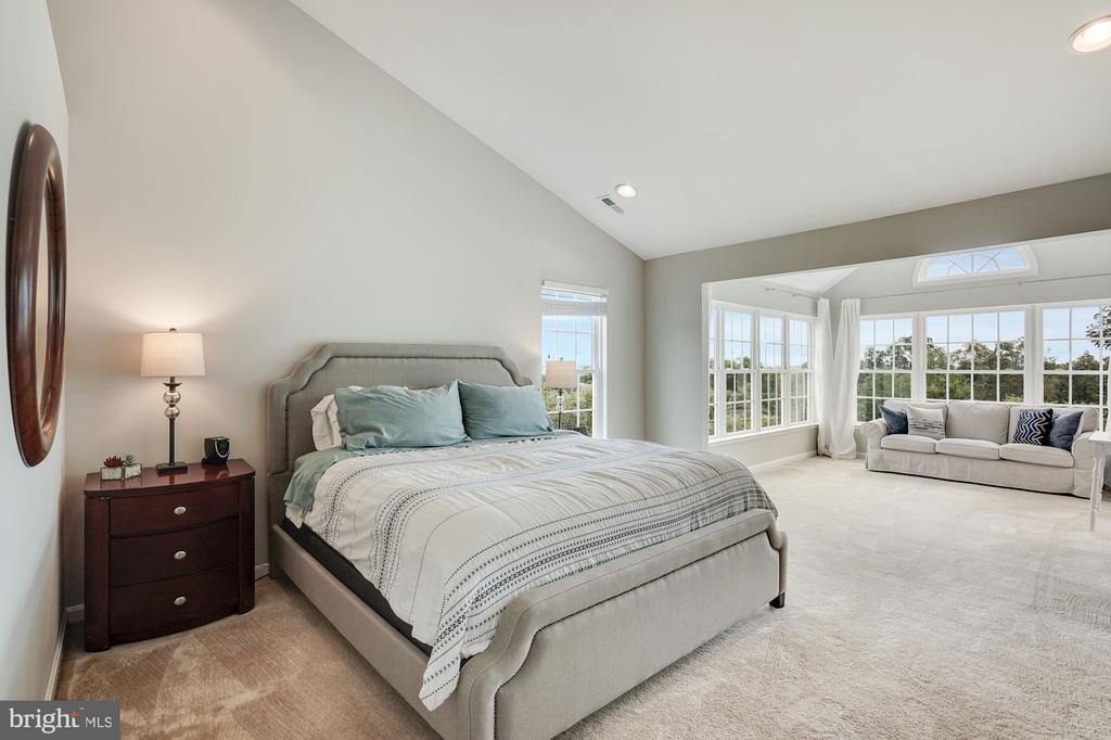 Primary Bedroom with extended bump-out - 18504 PINEVIEW SQ, LEESBURG