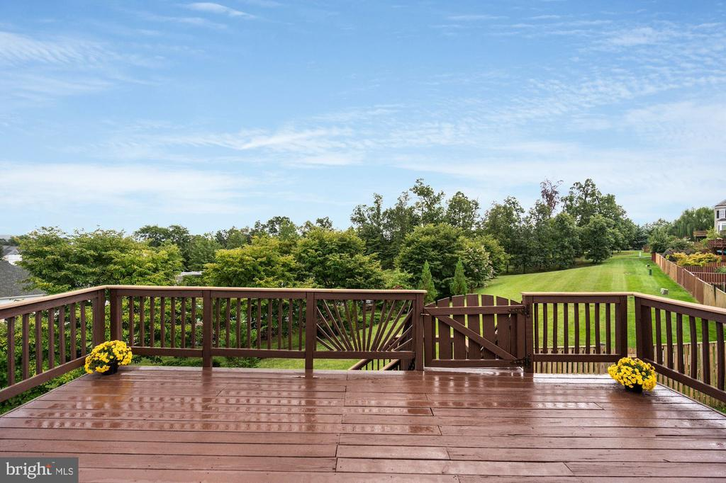 Large recently re-stained deck - 18504 PINEVIEW SQ, LEESBURG