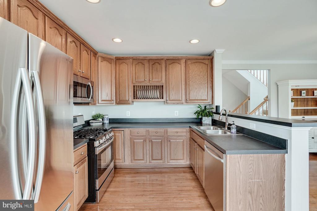 Tons of cabinets in kitchen - 18504 PINEVIEW SQ, LEESBURG