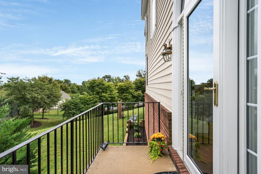 Newer front door - cute porch on side of house - 18504 PINEVIEW SQ, LEESBURG