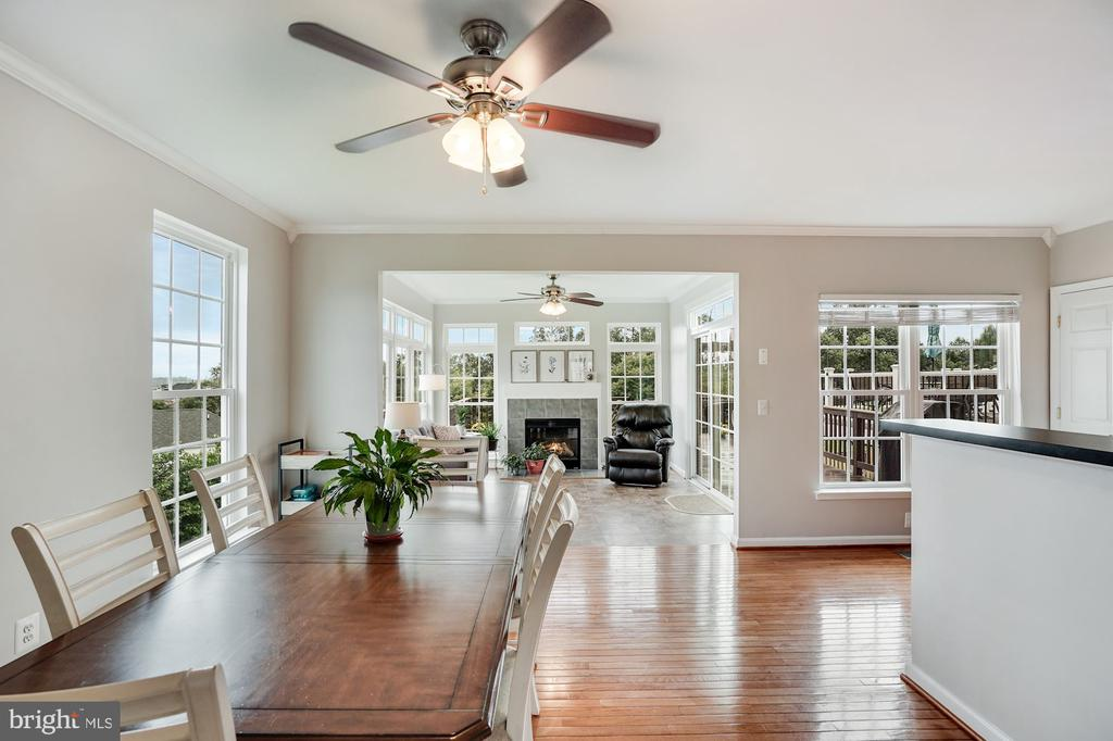 Extended bump-out off kitchen w/gas fireplace - 18504 PINEVIEW SQ, LEESBURG