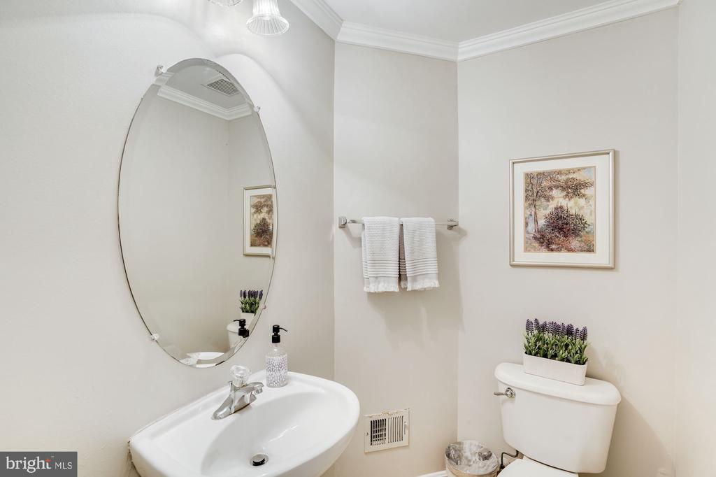 1/2 bathroom - 18504 PINEVIEW SQ, LEESBURG