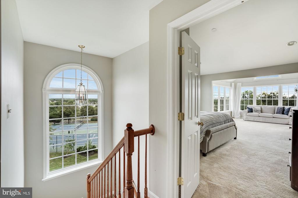 Staircase with newer paladin window - 18504 PINEVIEW SQ, LEESBURG