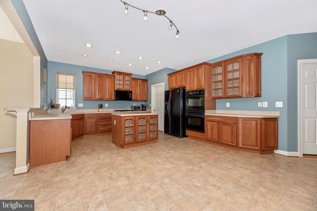 Wait till you see the walk-in pantry! - 406 GLENBROOK DR, MIDDLETOWN