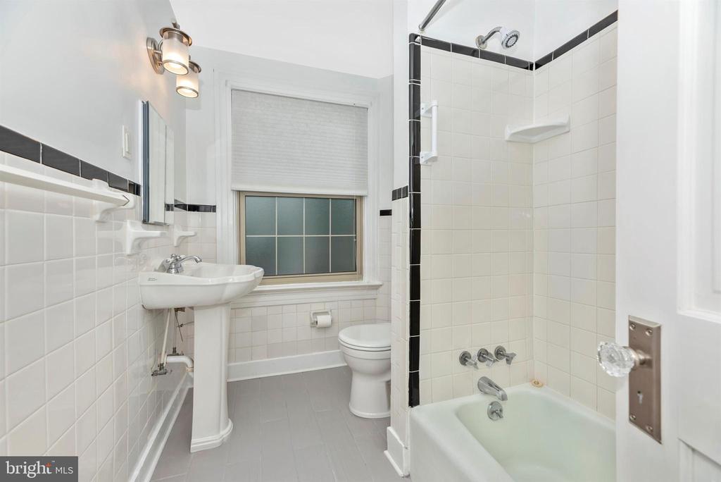 2nd Floor Apartment-Full Bathroom - 316 W COLLEGE TER, FREDERICK