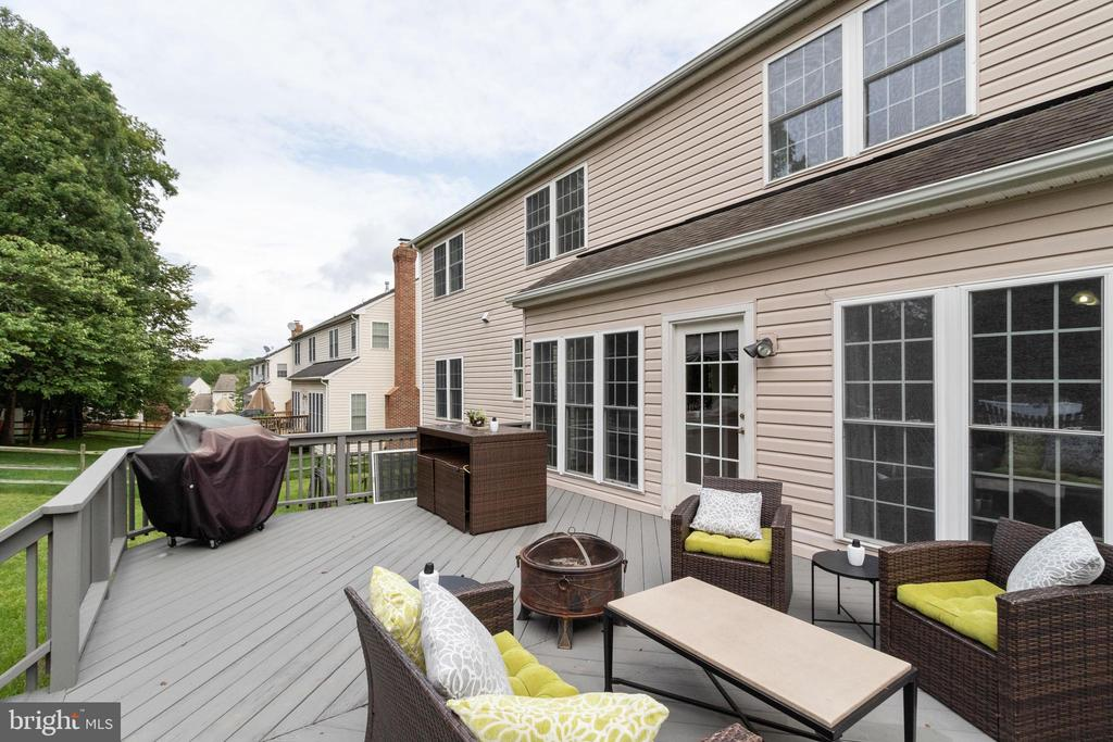 Relax on outside and have dinner on your deck! - 802 SE TINA DR SE, LEESBURG