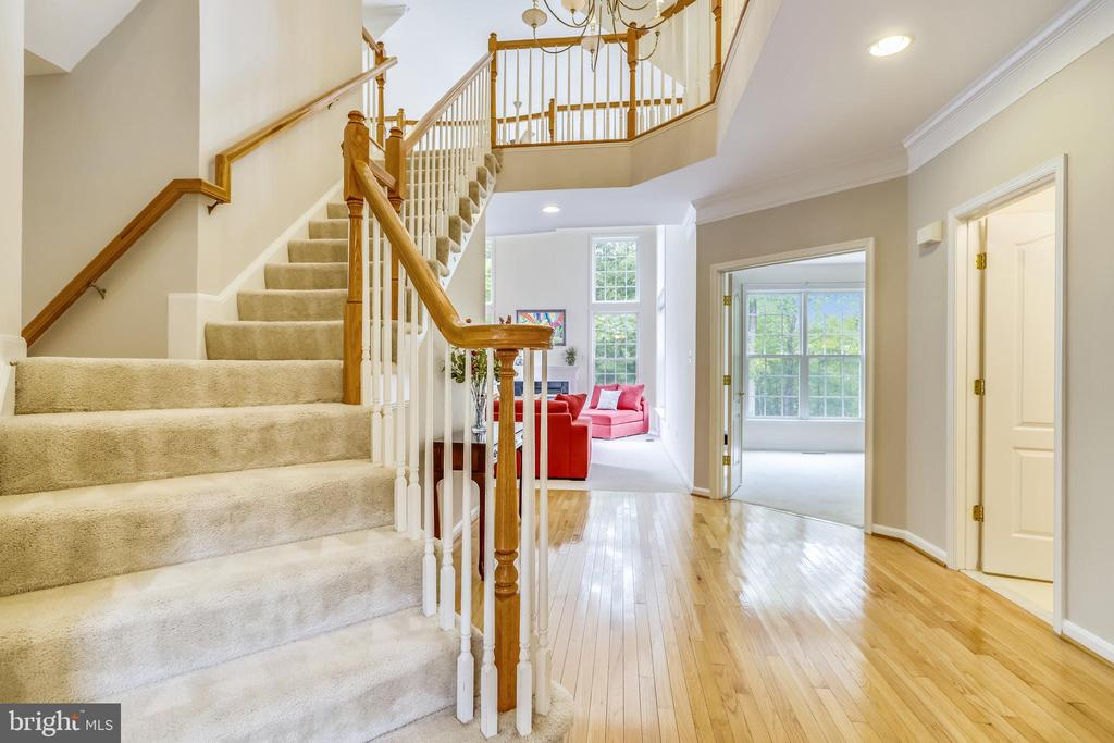 Graceful staircase - 7132 AYERS MEADOW LN, SPRINGFIELD