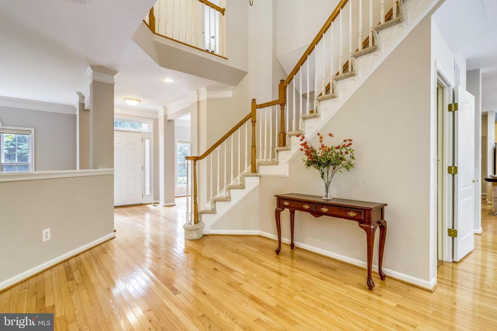 Graceful entry Foyer - 7132 AYERS MEADOW LN, SPRINGFIELD