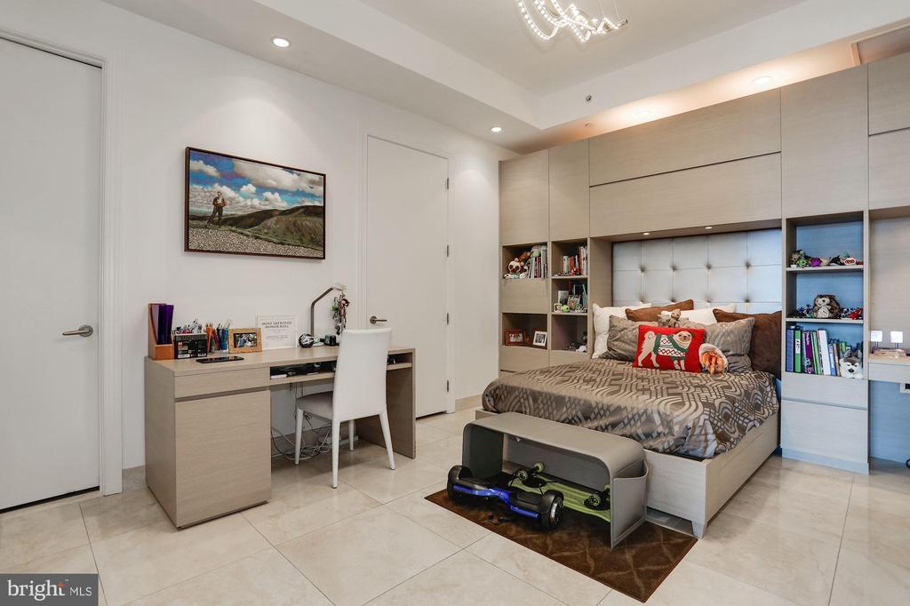 Den/Third Bedroom Suite - 1881 N NASH ST #2009, ARLINGTON
