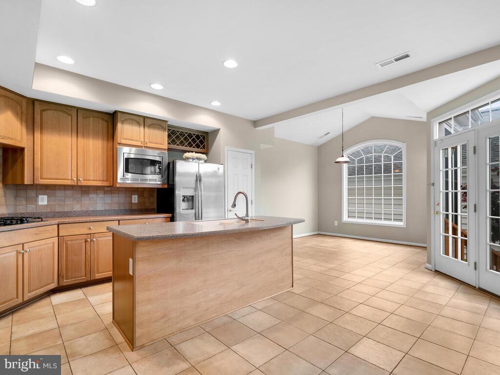 Gourmet Kitchen + Breakfast Area - 22950 FANSHAW SQ, BRAMBLETON